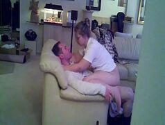 Flagra de gorda novinha sentando no pau do marido de sua irmã