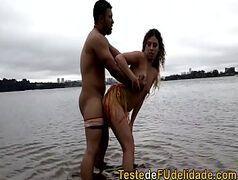 Loira dando a buceta para o amigo na praia