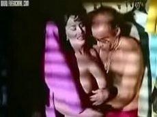mulher traindo o velho amigo