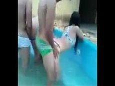 Pornobrasil na piscina com as novinhas da favela