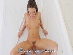 Sexo em HD com puta gostosa gemendo na pica dura do marmanjo