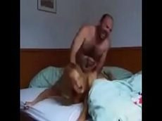 Sexo proibido entre novinha amiga da filha e coroa