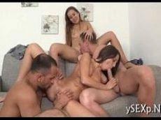 Troca de casais fazendo sexo juntos em motel