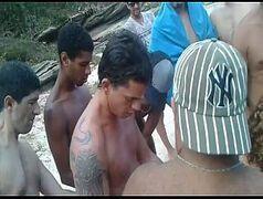 Video porno amador de uma safada fazendo orgia na praia