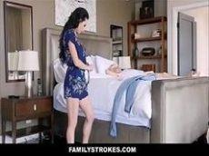 Videos pornô com a morena sentando no caralho duro