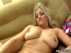 Comendo a loirinha em cima do sofá que tem peitos bem grandes