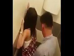 Contos eroticos em quadrinhos mostra mulher dando no banheiro