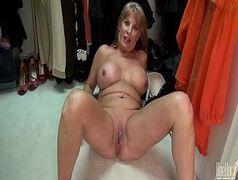 Filme de mulher pelada safada e gostosa mostrando a buceta no provador