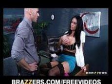 Porno video de uma morena bem cavalona toda complentona da brazzers dando uma de santinha