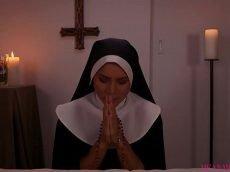 Novinha fudendo gostoso com o pauzudo dentro do convento