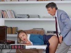 Sexo anal violento no escritório do seu patrão