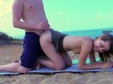 Xhamster sacana levou a namorada pra praia só pra foder ao ar livre