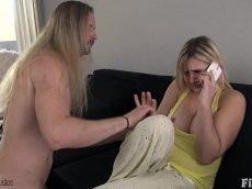 Video de mulher pelada dando a buceta enquanto fala com o corno no celular
